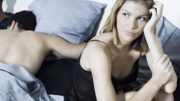 Mulher insatisfeita na cama