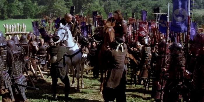 """Um figurante leva um coice e logo volta em formação, no filme """"O Último Samurai""""."""