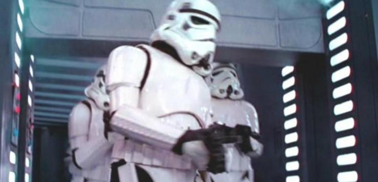 Um Stormtrooper bate a cabeça na porta.