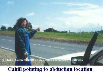 Kelly Cahill aponta para o local da abdução extraterrestre.