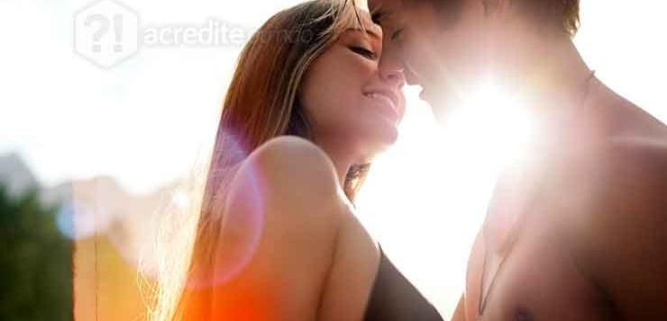 casal-beijando-feliz