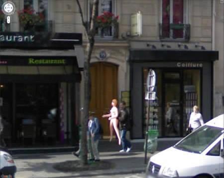 Homem fotografados em Paris, com uma boneca inflável.