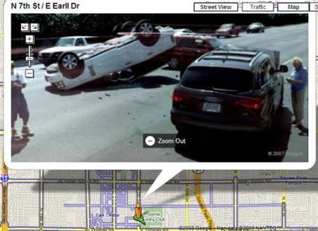 Uma colisão de carros fotografada pelo Street View.