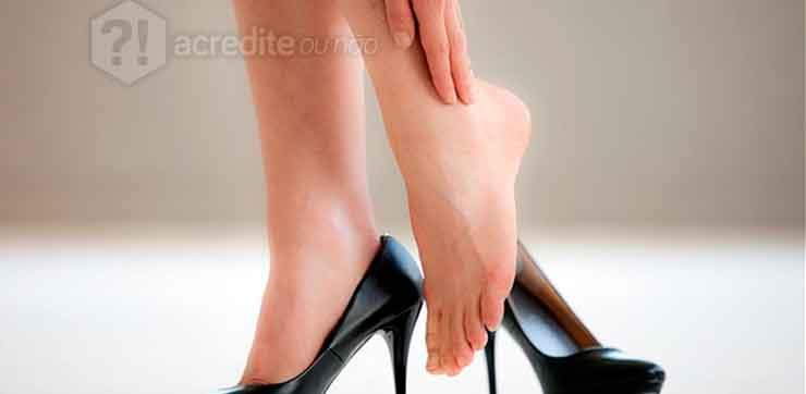 mulher-coçando-coçar-tornozelo-pés