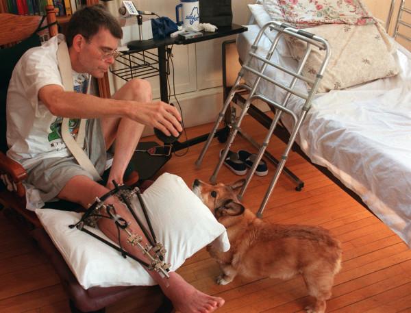 Stephen King brincando com seu cão Marlow enquanto se recupera