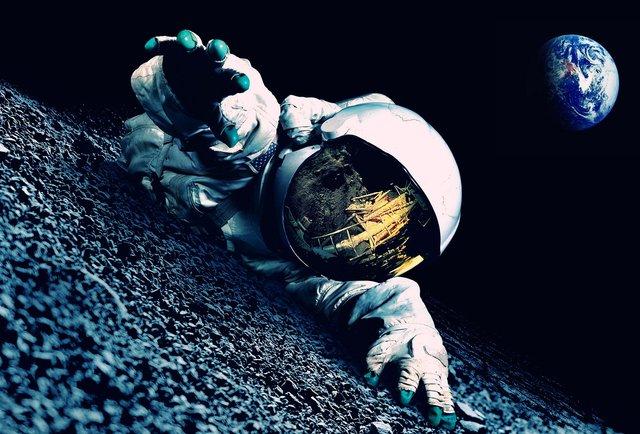 astronauta se arrastando perturbado mentalmente