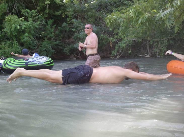 deitado na agua