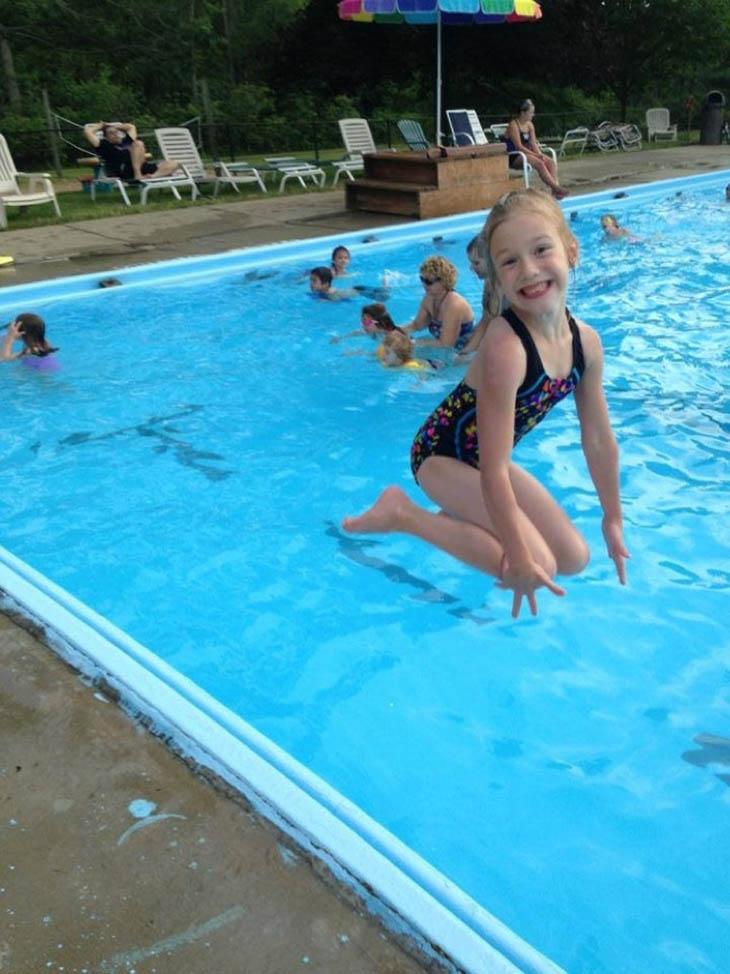 super menina piscina
