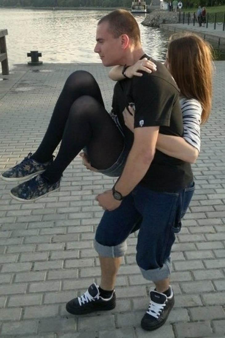 Homem carregando mulher