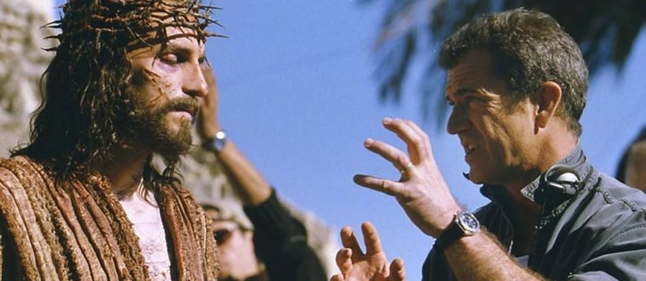 Jim Caviezel e o diretor Mel Gibson durante filmagens do filme A Paixão de Cristo (2004)