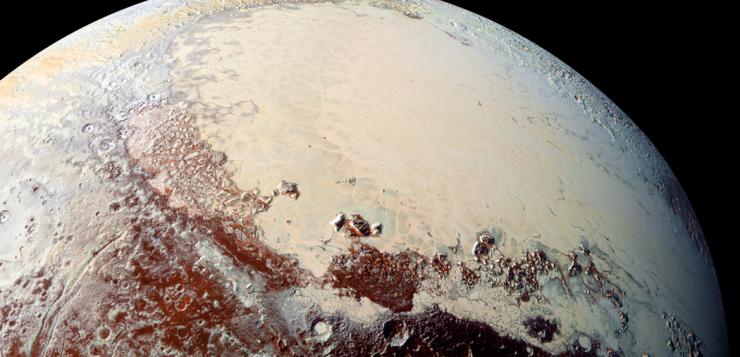 """Uma imagem colorida do Sputnik Planum, na região conhecida como """"coração"""" de Plutão, que é rica em nitrogênio, monóxido de carbono e gelos de metano. Crédito NASA / Laboratório Johns Hopkins de Física Aplicada / Southwest Research Institute"""