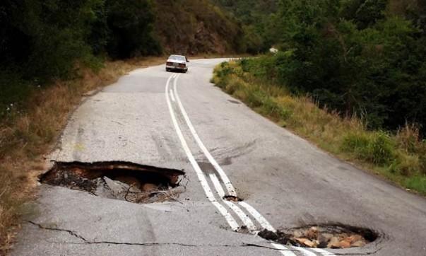 Sumidouros buracos estrada