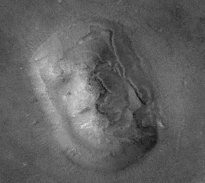 Mais tarde, imagens de alta resolução mostraram que o rosto era simplesmente o que os cientistas da NASA há muito suspeitavam: um elevado.