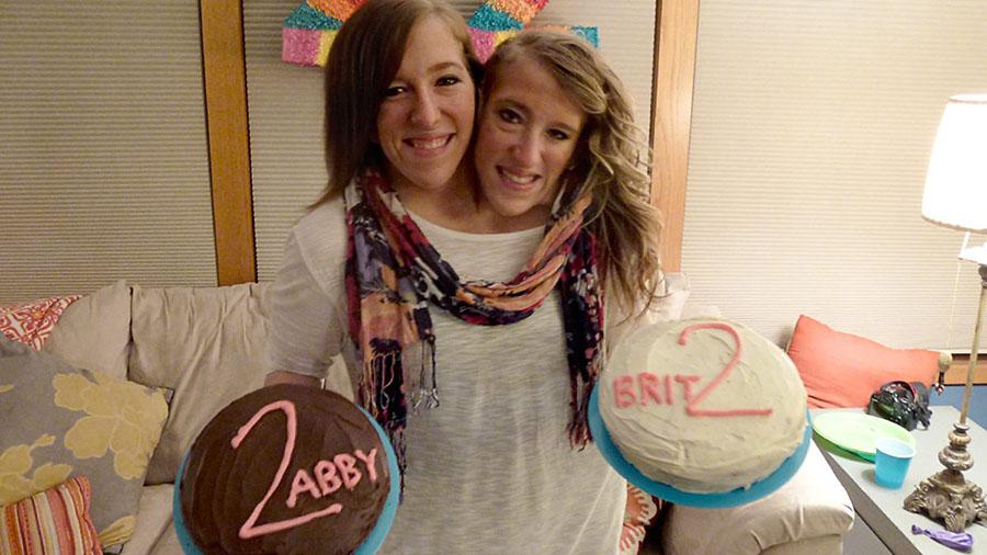Abby e Brittany Hensel, um dos casos de gêmeos siameses mais conhecidos pelo mundo.