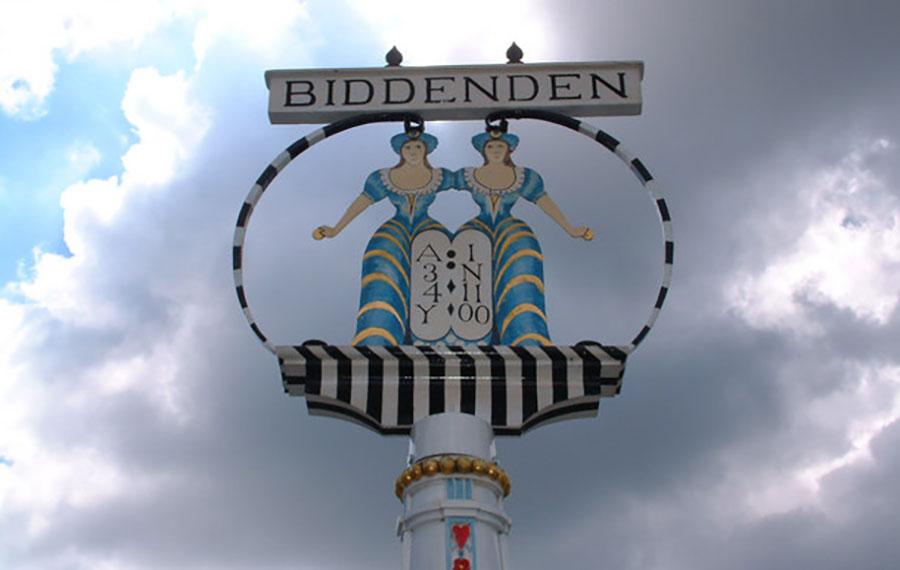 Monumento erguido em homenagem às gêmeas Chulkhurst em Biddenden, na década de 1920.