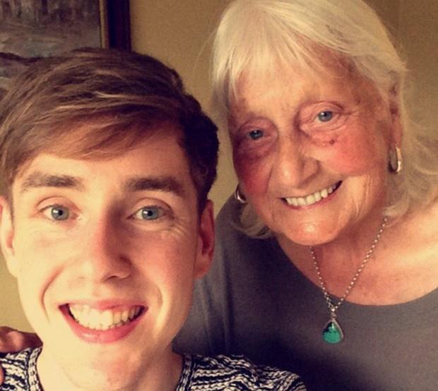 Ben John ao lado da avó, May Ashworth