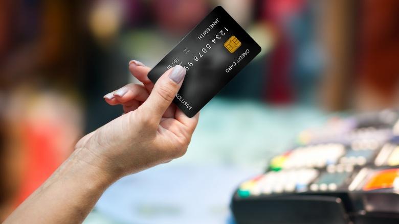 segurando-cartão-crédito