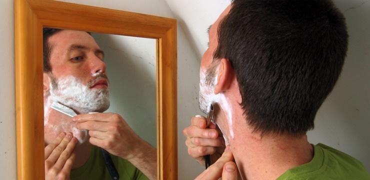 04-homem-se-barbeando-shaving