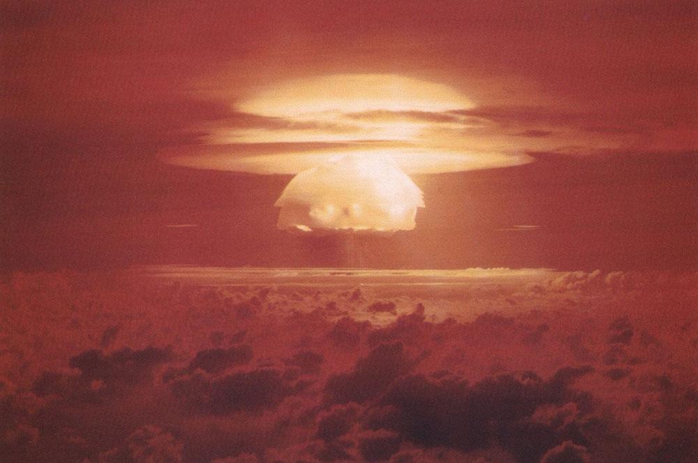 Cogumelo formado pela explosão da bomba termonuclear Castle Bravo | 1954
