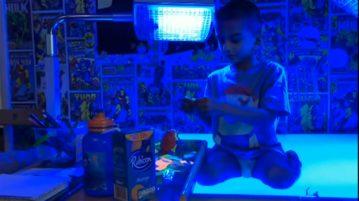garoto luz ultravioleta