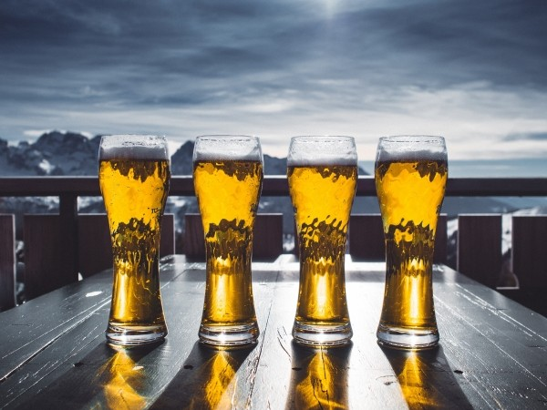 beer-glasses-on-outdoor-table