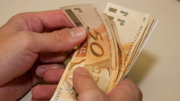 dinheiro reais contas