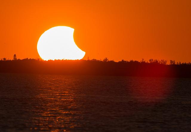 Exemplo de eclipse solar parcial
