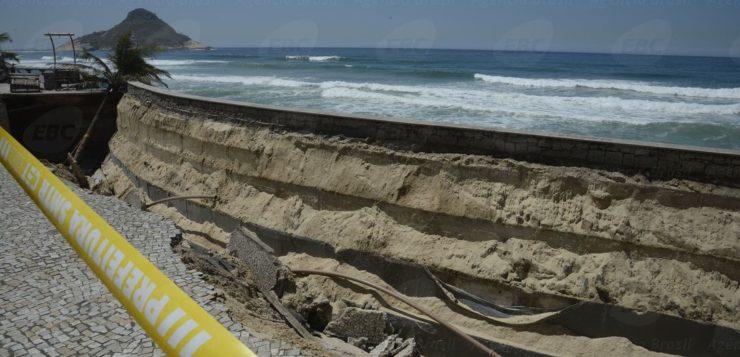 Desmoronamento de trecho da orla da Praia da Macumba, no Recreio dos Bandeirantes, zona oeste do Rio de Janeiro (Foto: Tomaz Silva / Agência Brasil)