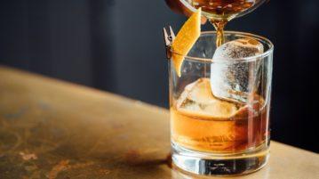 álcool-copo de whiskey
