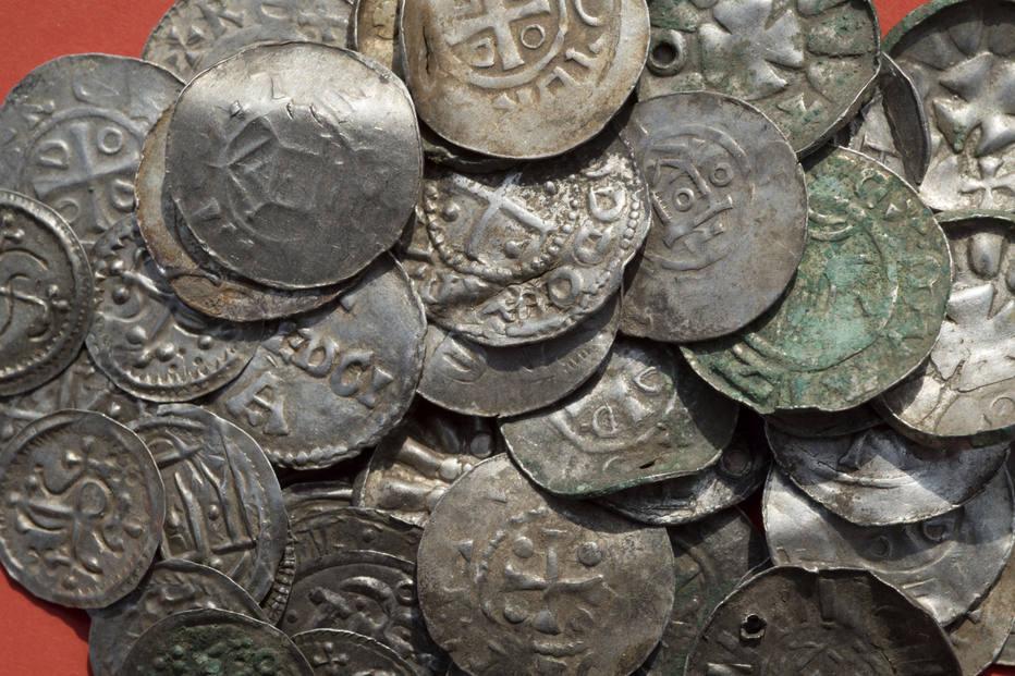 Moedas saxônicas, otomanas, dinamarquesas e bizantinas foram encontradas (Foto: Stefan Sauer / DPA)