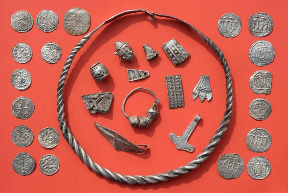 Partes do tesouro dispostas sobre uma mesa (Foto: Stefan Sauer / DPA)
