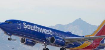 Mulher morre ao ser sugada para fora de avião nos EUA