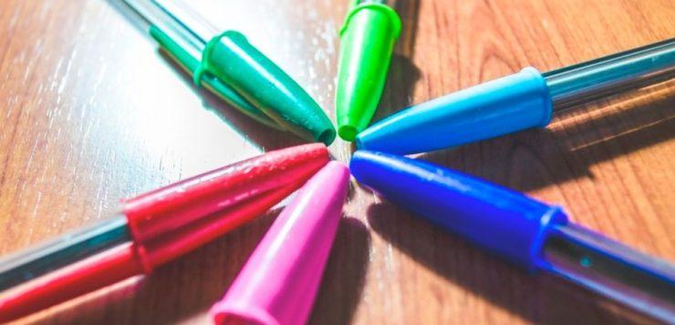 Por que as tampas de canetas possuem um buraco no topo? Entenda