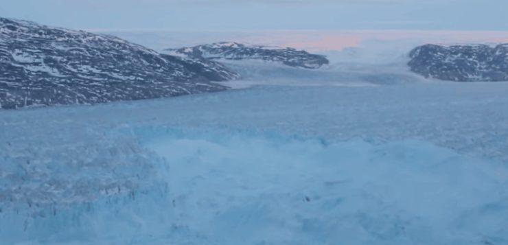 Vídeo flagra incrível momento em que iceberg se desprende de geleira