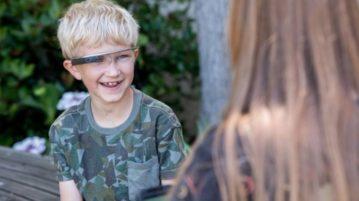 Alex, de 9 anos, é um dos participantes do estudo piloto e começou a se dar conta de que os rostos das pessoas dão pistas para suas emoções (Foto: Steve Fisch / Stanford University)
