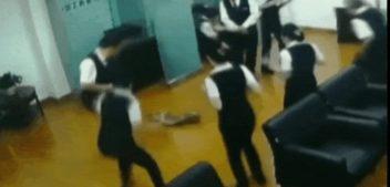 Cobra píton cai do teto e assusta trabalhadores de banco na China