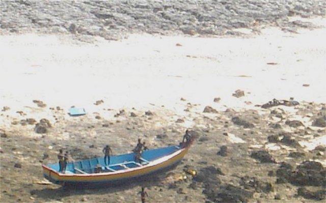 Os Sentineleses observando um barco que estava à deriva. Fonte: Guarda Costeira Indiana.