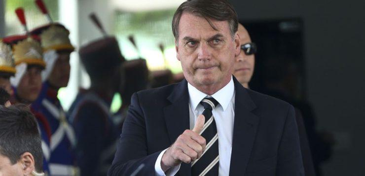 Inteligência pede que Bolsonaro não use WhatsApp; ele prefere não obedecer