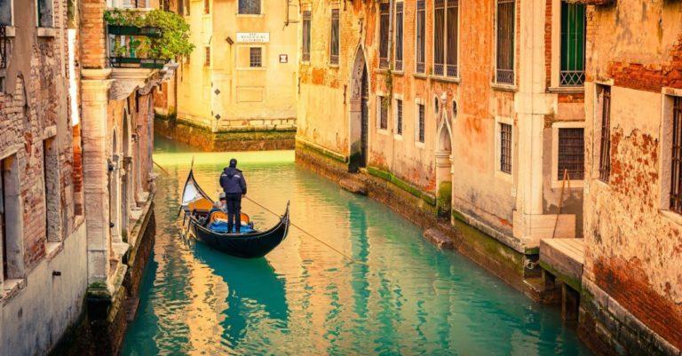 Como a cidade de Veneza foi construída em cima da água?