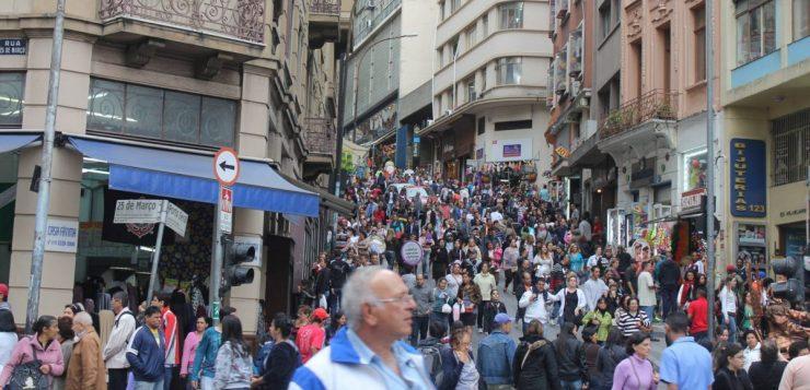 Há 155 anos, era inaugurada a Rua 25 de Março, no centro de São Paulo
