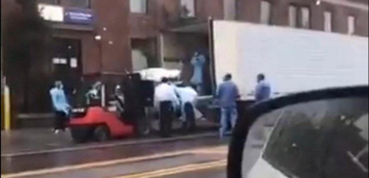 Coronavírus: vídeo mostra empilhadeira retirando corpos em Nova York