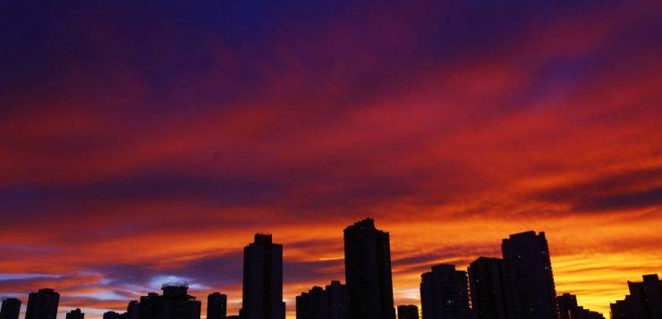 Por que o pôr-do-sol ganhou cores tão diferentes em São Paulo?