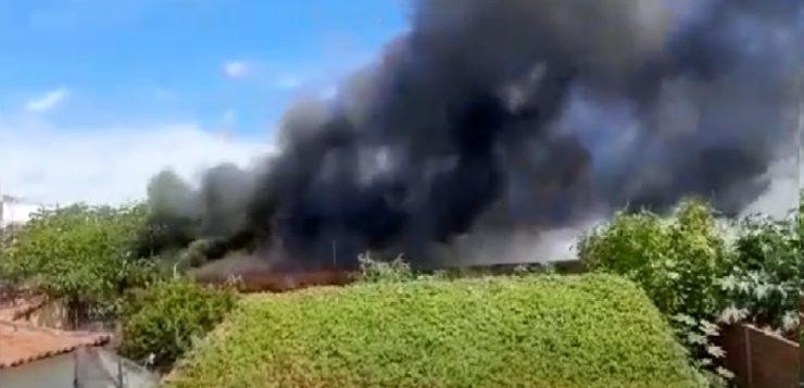 Grande incêndio atinge um depósito no centro de Teresina
