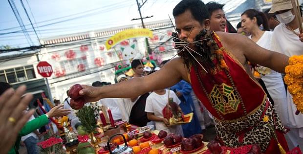 distrubuindo-frutas-festival-vegetariano-thailandia